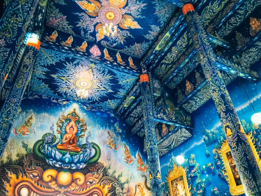 Dans le temple bleu