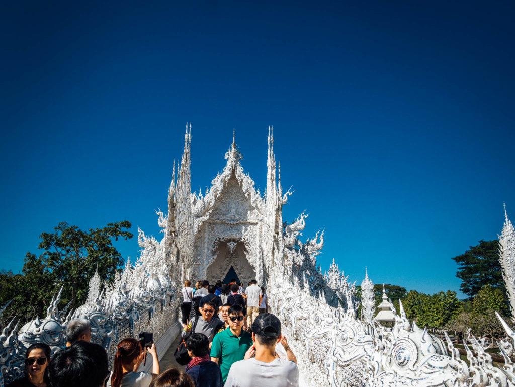 L'entrée principale du temple blanc