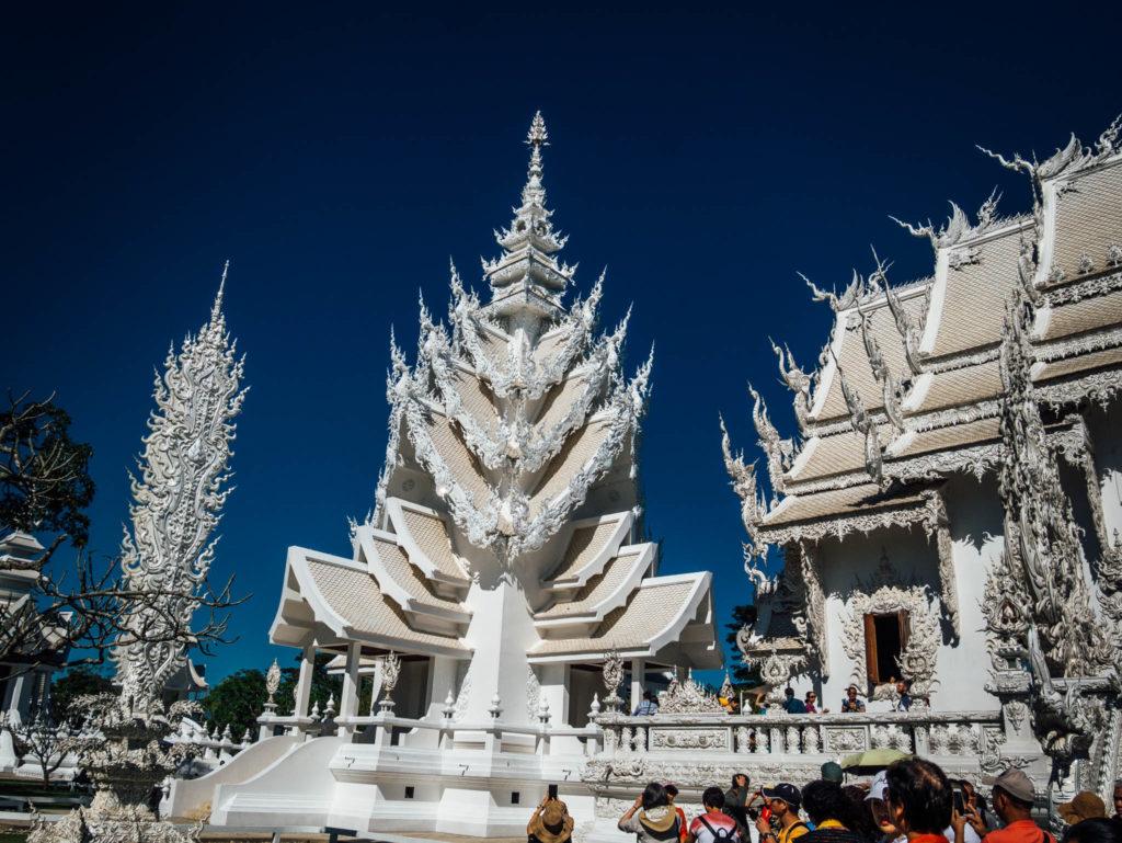 Un côté du temple blanc