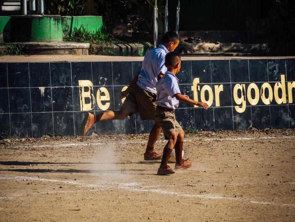 Des enfants jouant au foot