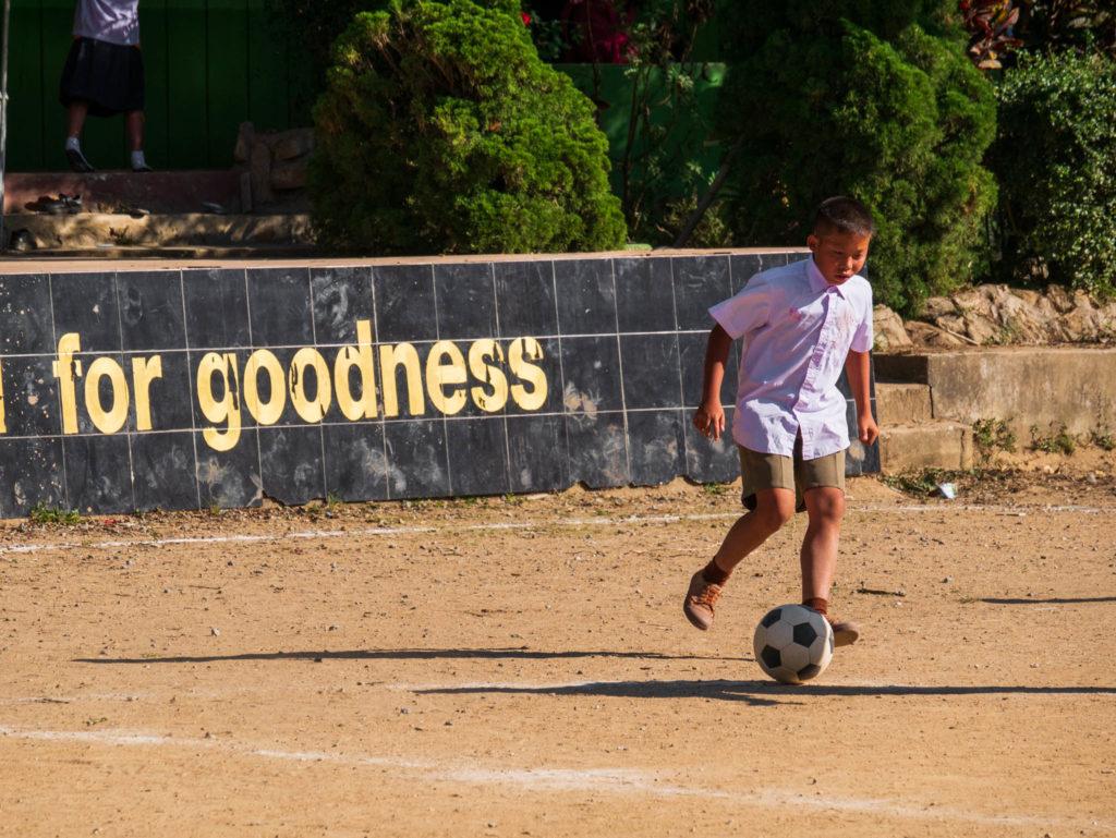 Un jeune jouant aux foot