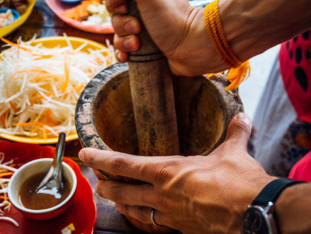On broie les ingrédients de la pâte de curry