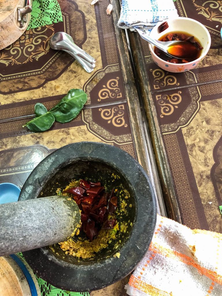 Préparation du curry rouge avec des piments rouges