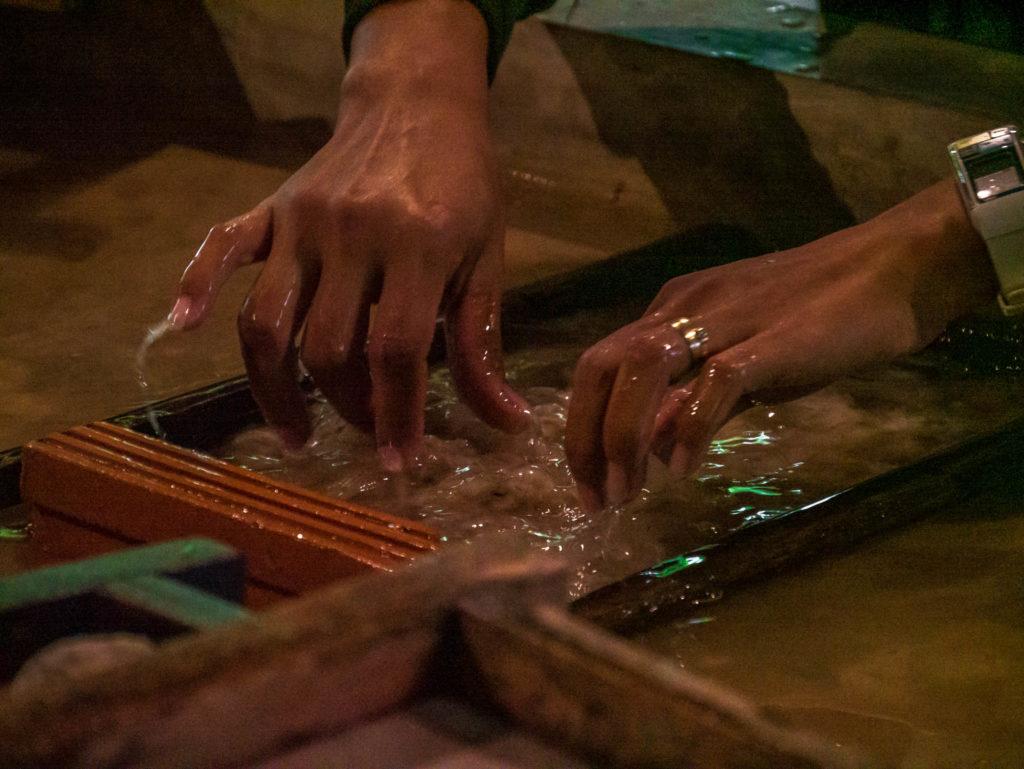 On sépare les fibres dans l'eau pour bien les répartir