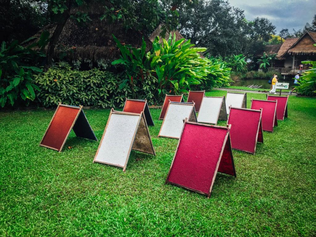 Des panneaux de papiers recyclés