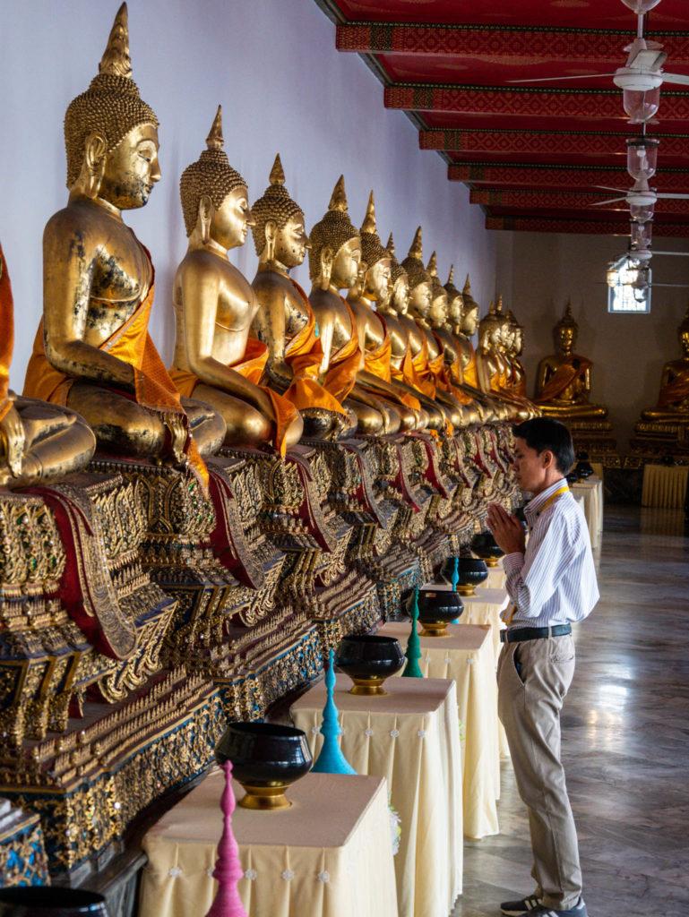 Un homme priant Bouddha
