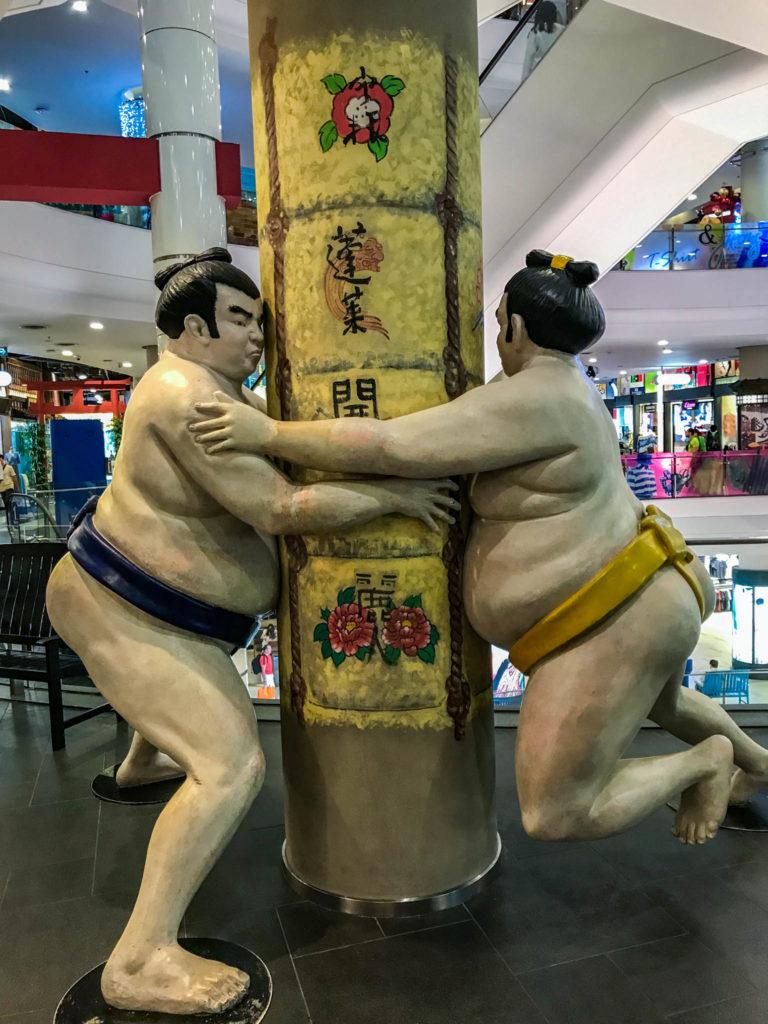 Des sumos à l'étage du Japon