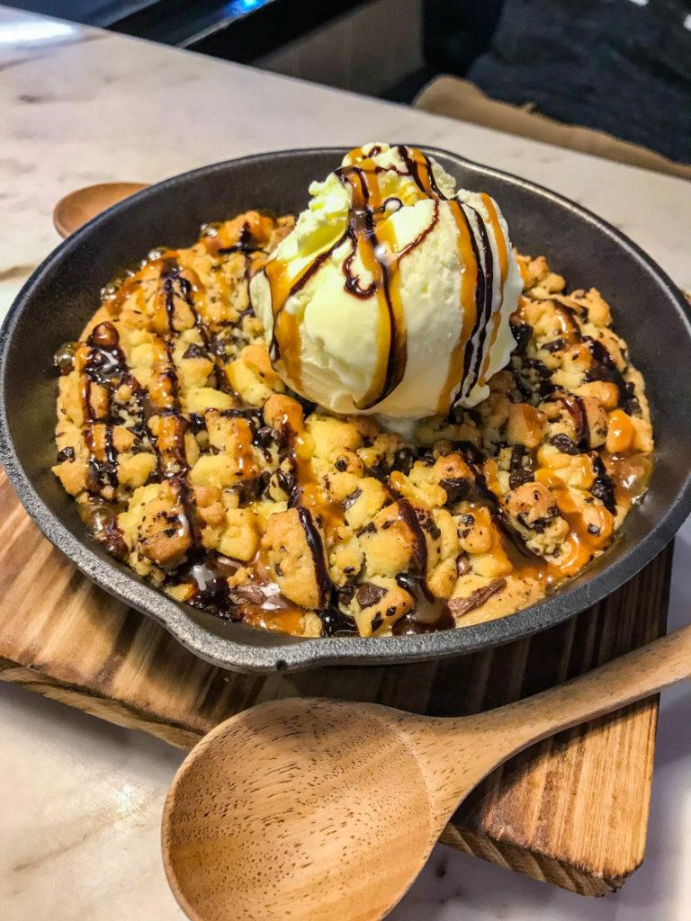 Notre poêle cookie, nutella et glace à la vanille ;)
