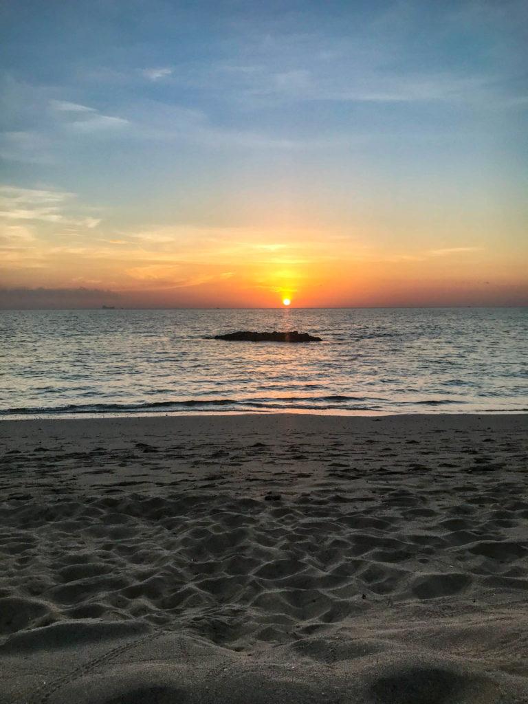 Un autre coucher de soleil les pieds dans le sable