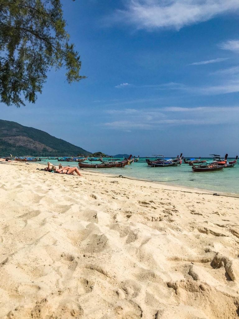 Plage de sable blanc et eau turquoise what else ?