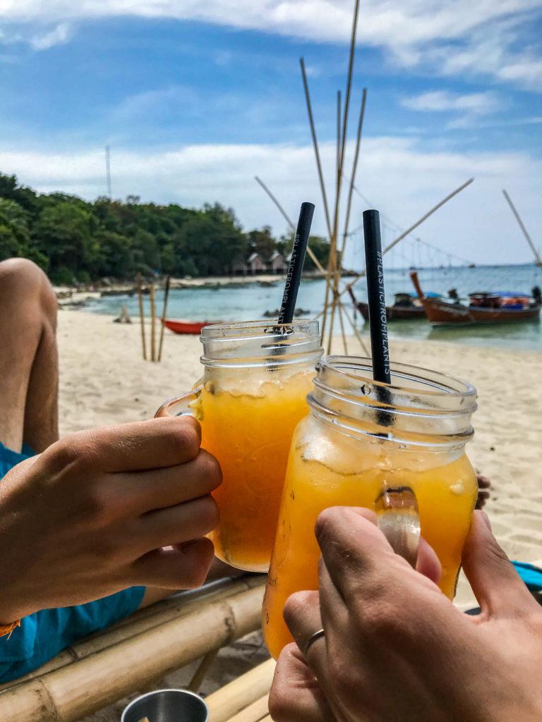 Un bon jus d'orange pressé au bord de l'eau