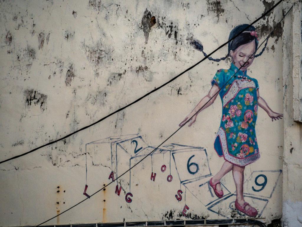 Une petite fille jouant à la marelle