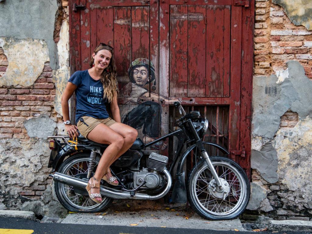 Le jeune à la moto