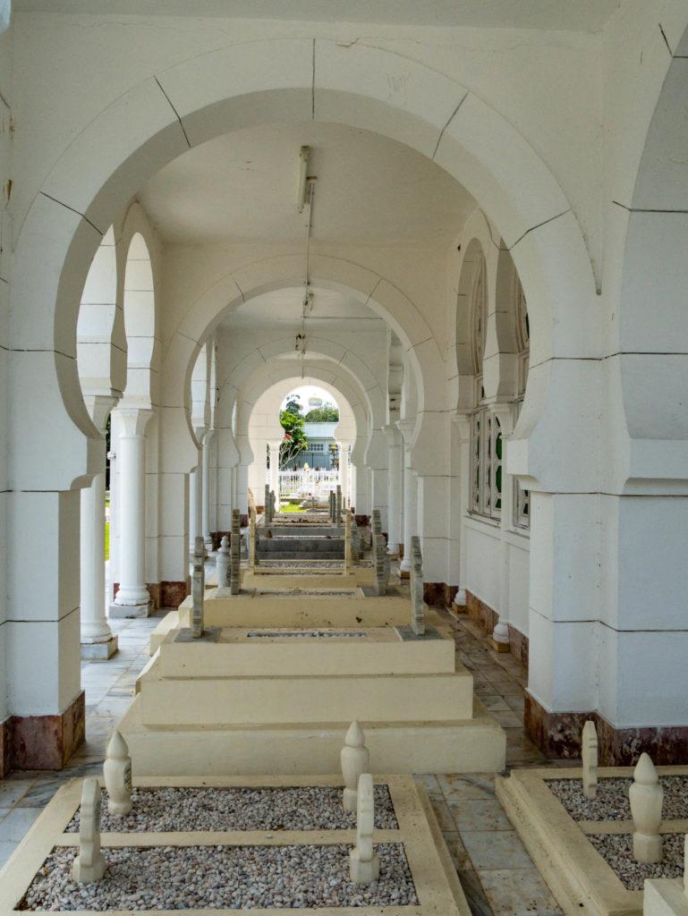 Des tombes autour de la mosquée