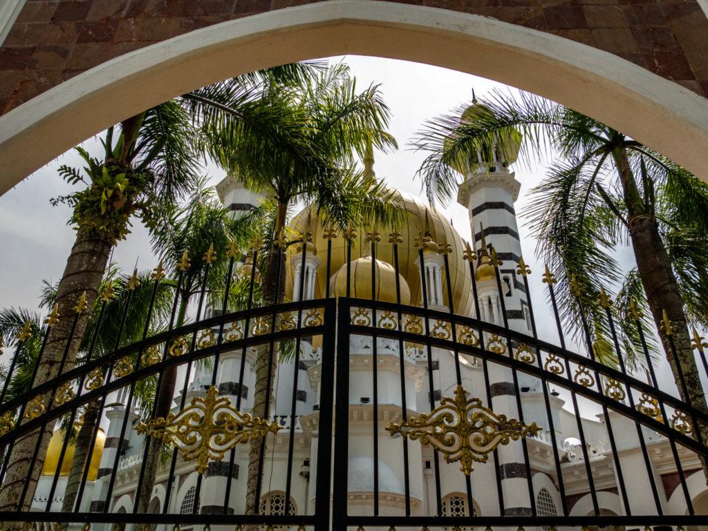 La grille d'entrée dans la mosquée
