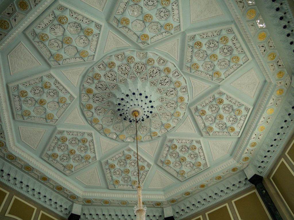 Le plafond d'une des salles de la mosquée