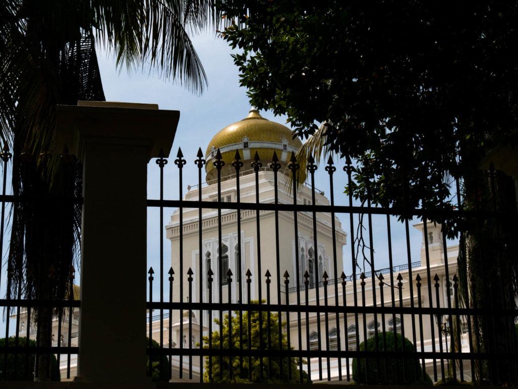 Derrière les grilles du palais du Sultan