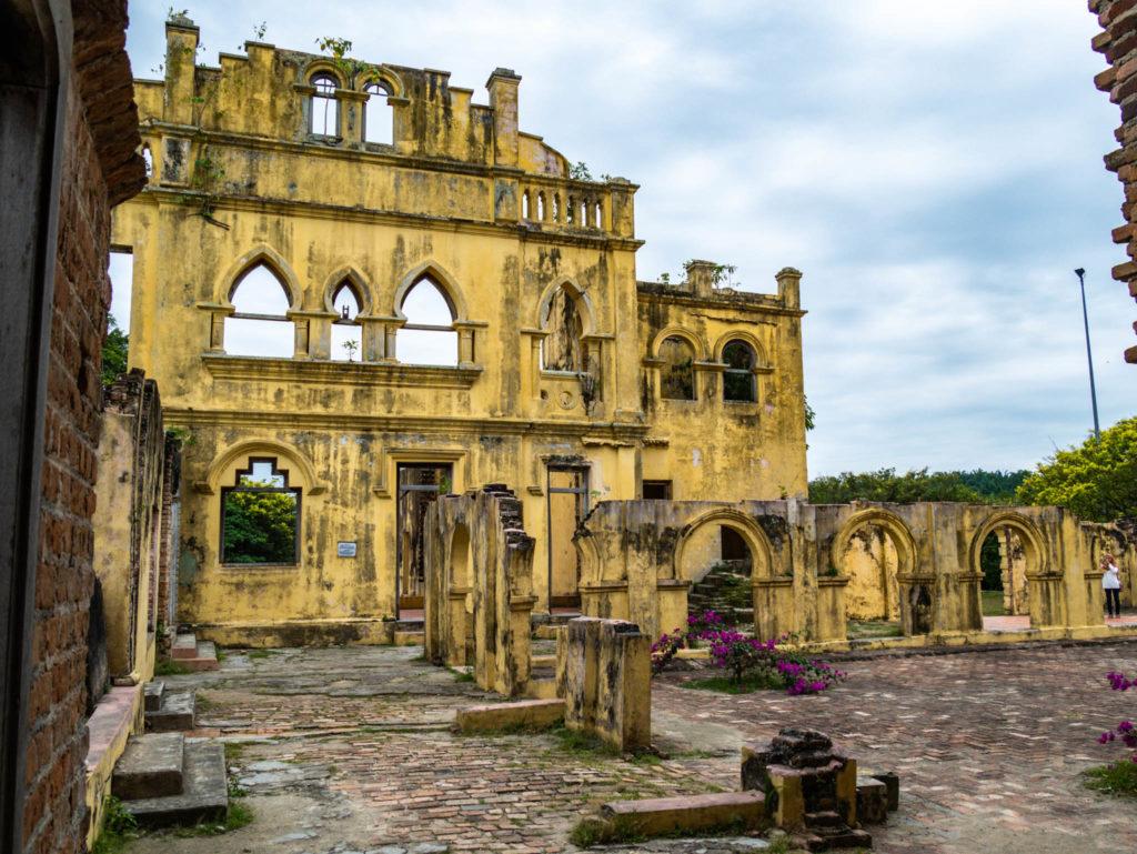 L'ancienne demeure en ruines aujourd'hui