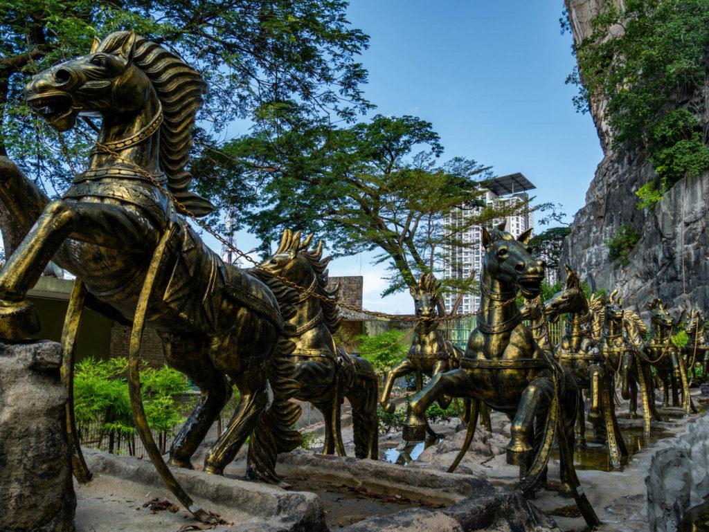 Des chevaux à l'entrée d'une grotte