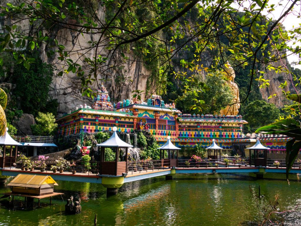 Le nouveau temple au pied des grottes de Batu