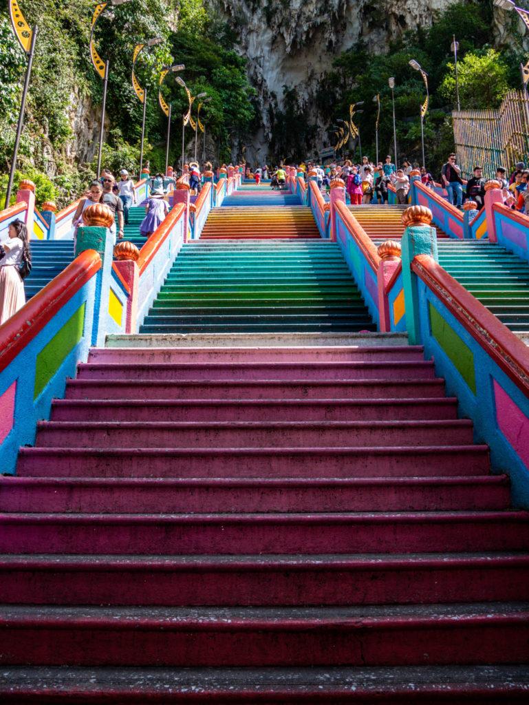 Les escaliers multicolors menant à la grotte principale