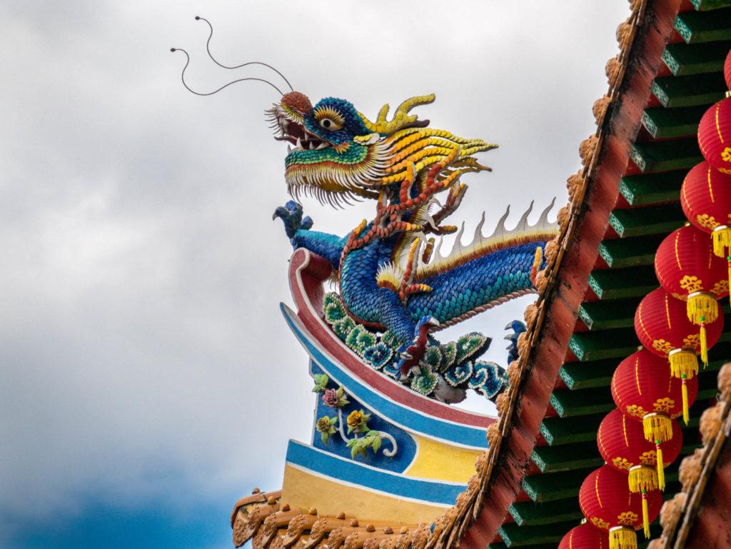 Un des statues de dragon du temple