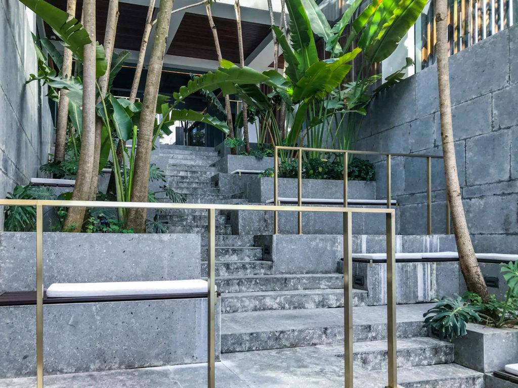 Les marches de la piscine rejoignant le hall