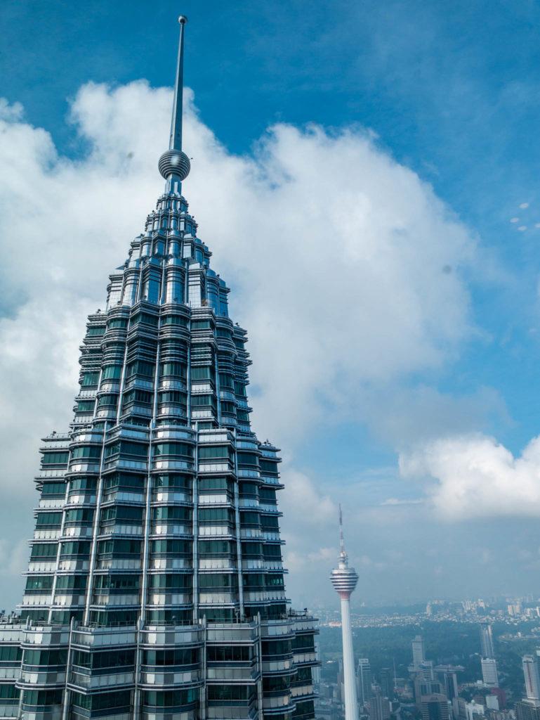 La tour Menara au loin