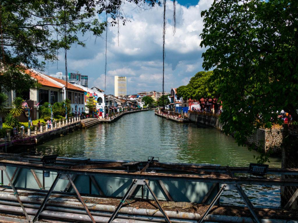 Le fleuve traversant la ville