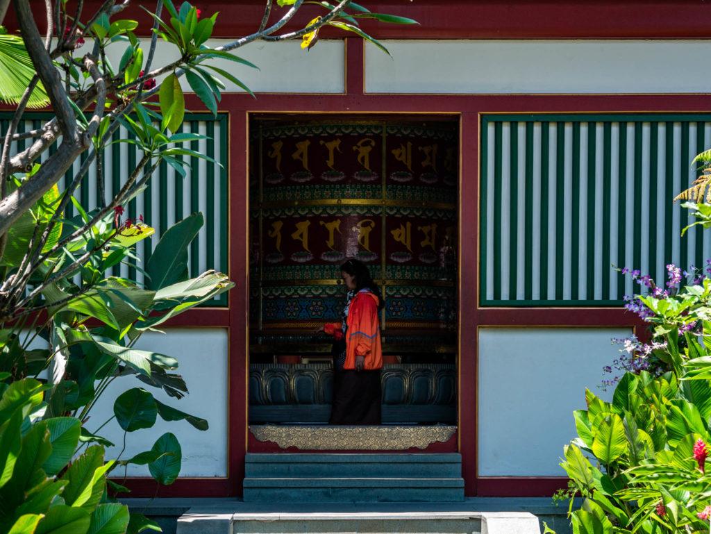 La terrasse et son immense rouleau à prière