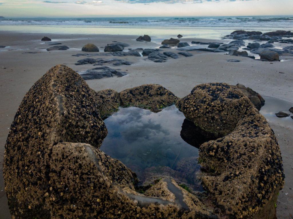 l'un des nombreux boulders sur la plage