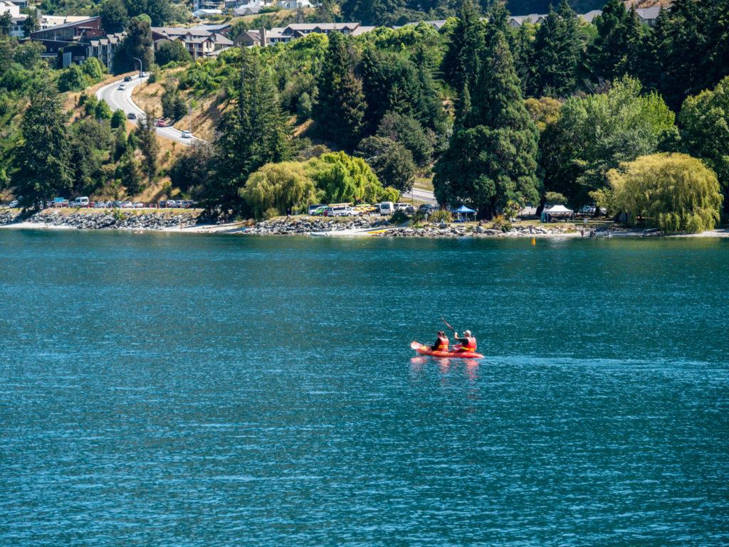 Des kayakistes sur le lac