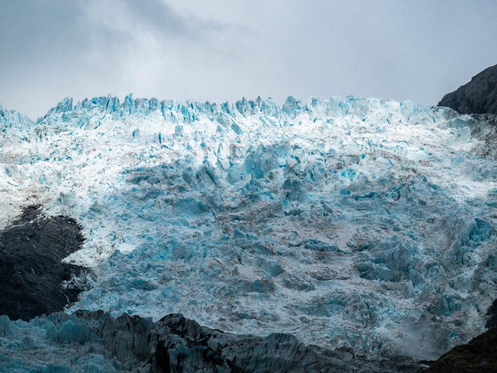 Le glacier éclairé par le soleil