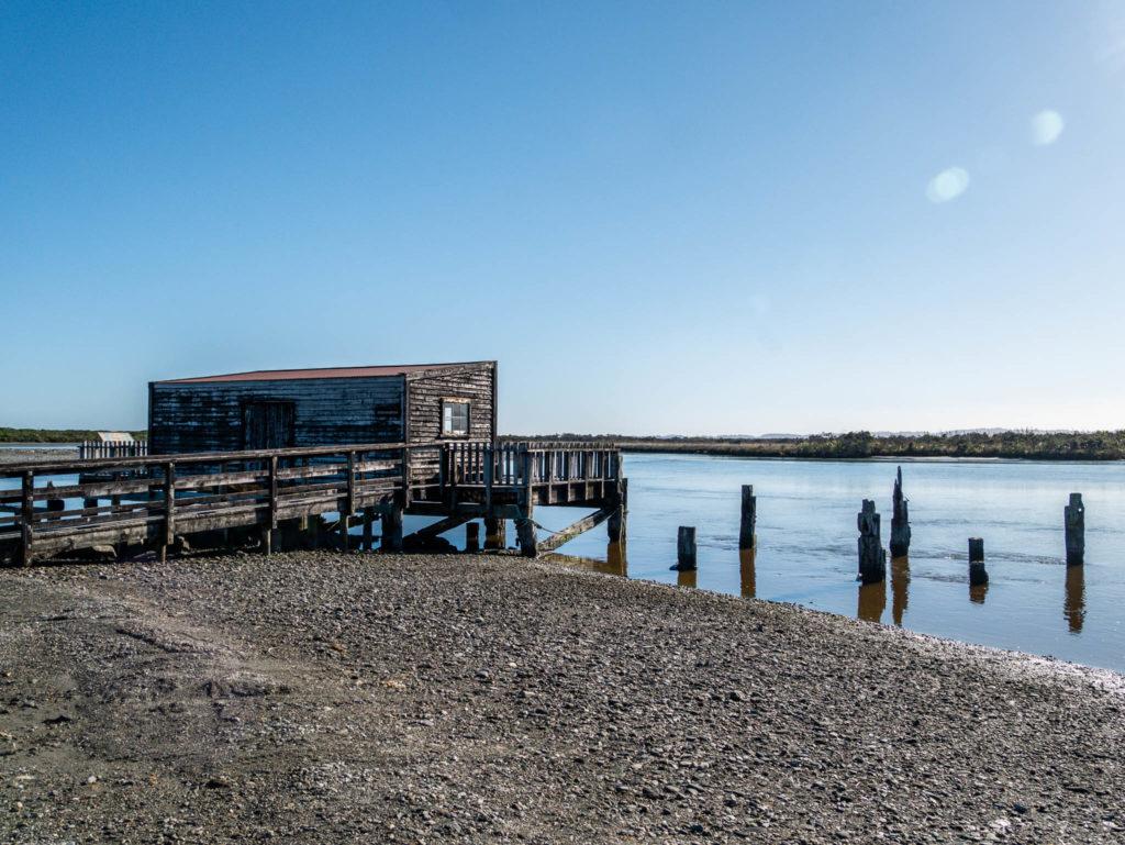 Une cabane au bord de l'eau