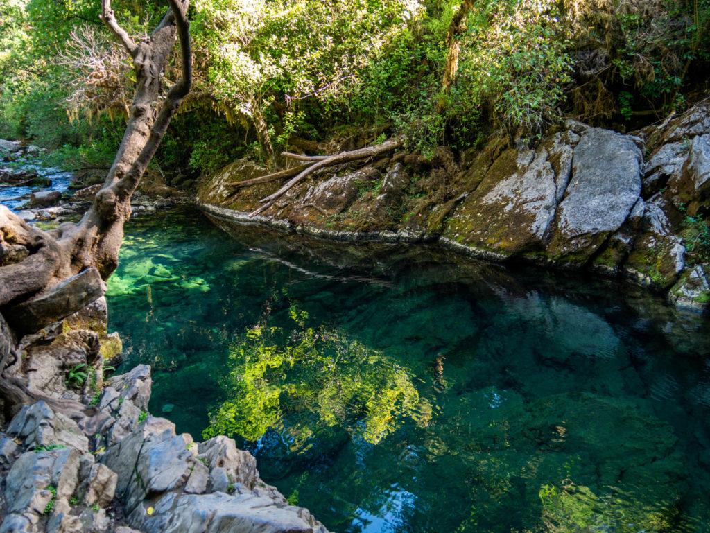 L'eau bleue cristaline de la source
