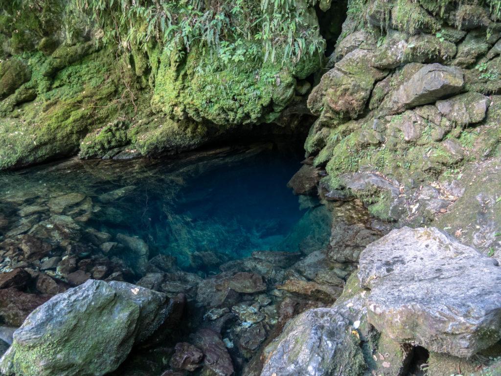 La grotte d'où sort la source
