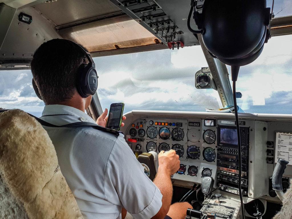 Le pilote sur son téléphone en plein vol, tranquille !