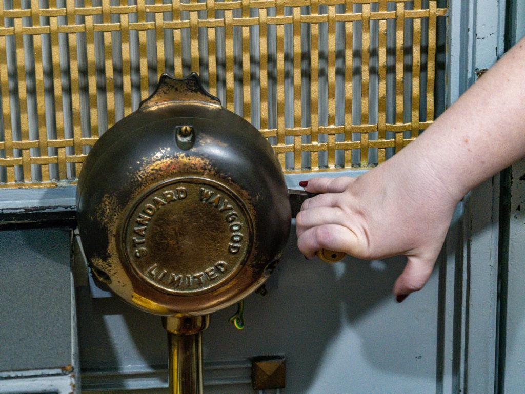 Le mécanisme de l'ascenseur menant en haut de la tour de l'horloge