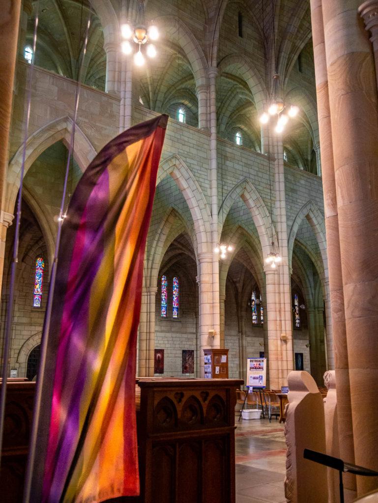 Le drapeau LGBT dans la cathédrale