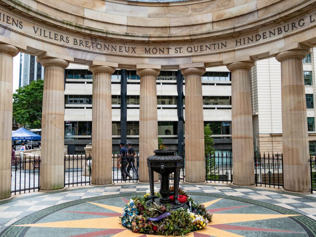 Monument aux morts de Brisbane affichant beaucoup de villes françaises