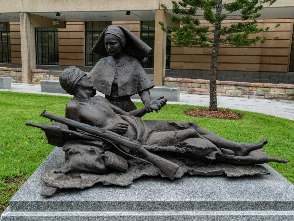 Une statue glorifiant les femmes qui ont participé à la guerre