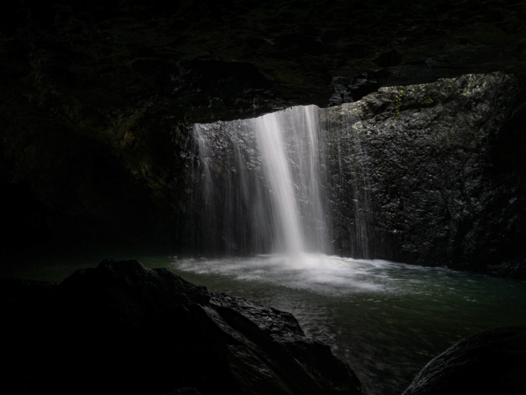 L'eau s'engouffre dans la grotte