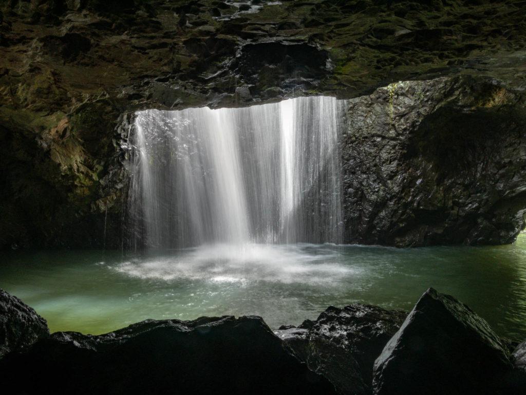 L'eau entrant dans la caverne